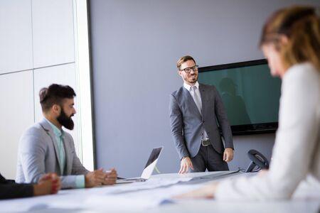 Groep architecten en bedrijfsmensen die samenwerken en brainstormen Stockfoto