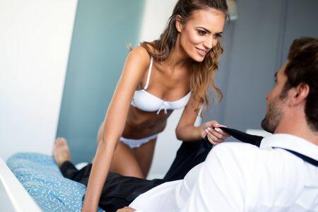 Attraktives Paar, das intime Momente im Schlafzimmer teilt Standard-Bild