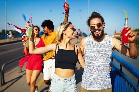 Gruppo di amici che si divertono, viaggiano, sorridono insieme all'aperto