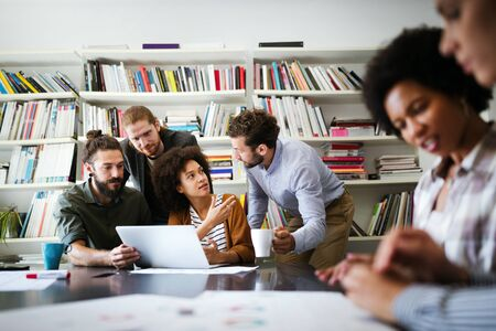 Grupa ludzi biznesu współpracujących przy projekcie w biurze