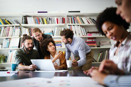 Gruppe von Geschäftsleuten, die am Projekt im Büro zusammenarbeiten