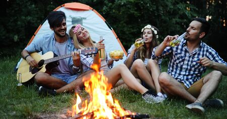 Friends having bonfire party anf fun together Standard-Bild - 140189837