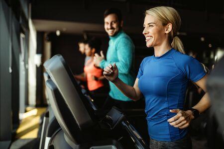 People running on treadmill in gym doing cardio workout Zdjęcie Seryjne