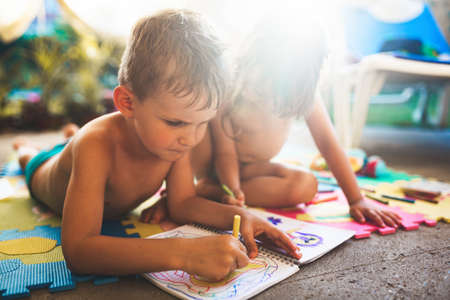 Little boy and girl drawing with crayons 免版税图像