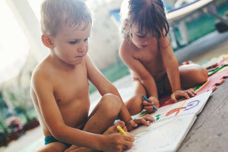 Little boy and girl drawing with crayons 版權商用圖片
