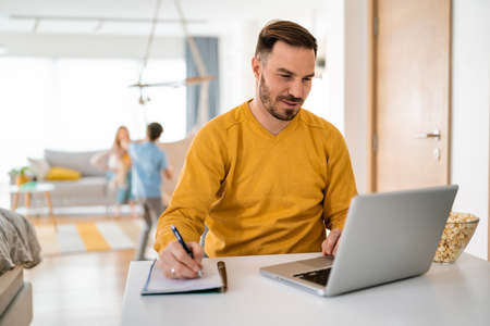 Man working at home on laptop computer 版權商用圖片 - 157344615
