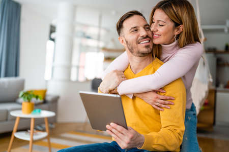 Young couple at home websurfing on tablet, internet 版權商用圖片 - 157344639