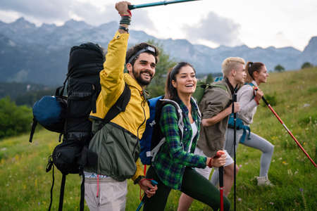 Group of friends hiking together outdoors exploring the wilderness and having fun 版權商用圖片 - 157341095