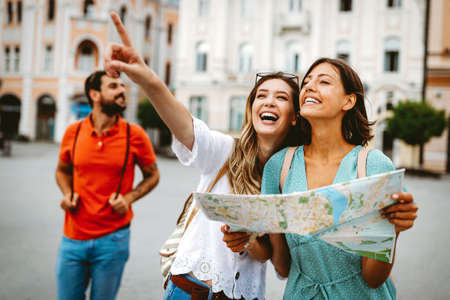 Happy traveling tourists sightseeing with map in hand Archivio Fotografico