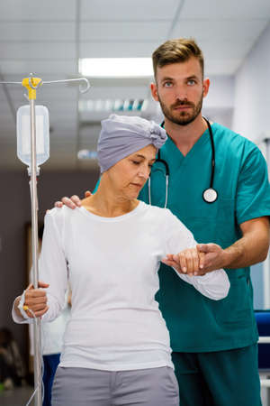 Woman with cancer during chemotherapy recovering from illness in hospital Archivio Fotografico