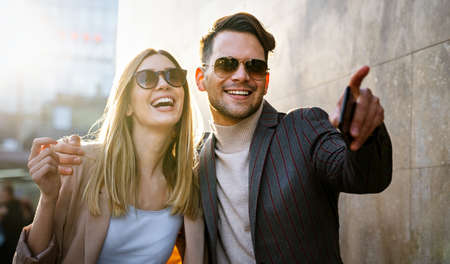 Happy smiling couple having fun together in city. People travel business happiness concept 免版税图像
