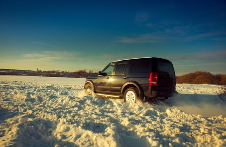 mud and snow: Land Rover Discovery suv Editorial