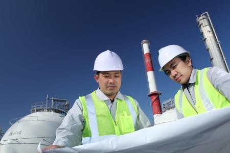 hard worker: ingegneri della raffineria di petrolio Archivio Fotografico
