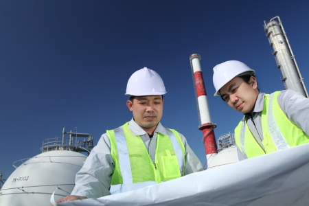 industria petroquimica: Los ingenieros de la refiner�a de petr�leo Foto de archivo