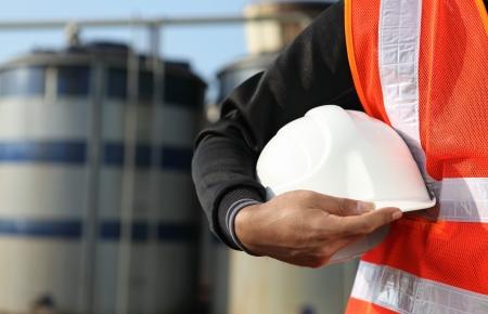 petrochemie industrie: ingenieur staande op locatie plaatse Stockfoto