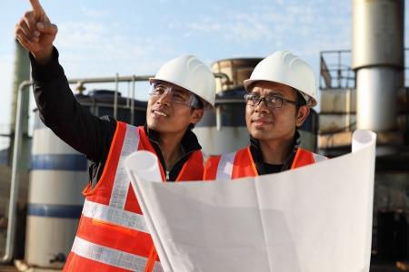 deux ingénieur contrôle d'un dessin