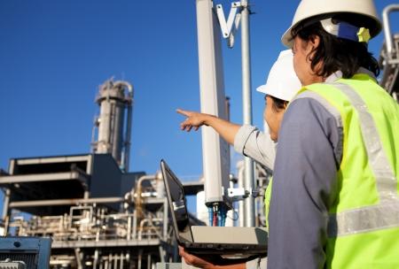 trabajador petrolero: dos ingenieros de potencia y energía en el sitio discusión ubicación Foto de archivo