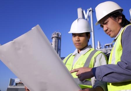 deux discussion ingénieur sur place localisation Banque d'images