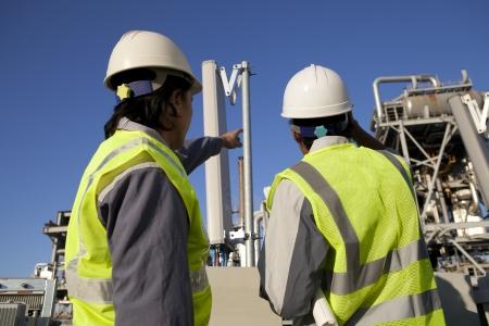 Zwei Ingenieur Kraft und Energie Diskussionen vor Ort Website Standard-Bild - 16521169