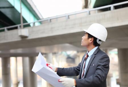 Architekt mit Blueprint auf Autobahn-Baustelle Standard-Bild - 17366335