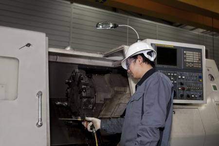 Maschinenbautechniker operative von CNC-Maschine Standard-Bild - 17365725