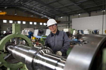 operative technicien asie du fraisage cnc découpe centre de la machine outil à l'atelier