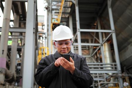 communiquer raffinerie ingénieur pétrolier via le téléphone mobile Banque d'images
