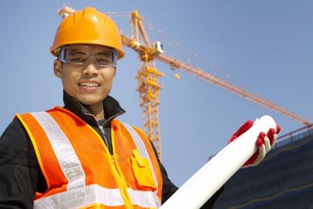 Portraite gestionnaire du site avec gilet de sécurité en cours de construction