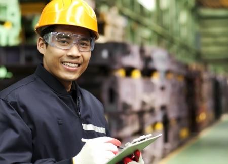 fabrikarbeiter: Portrait asiatische Ingenieur l�chelnd Lizenzfreie Bilder