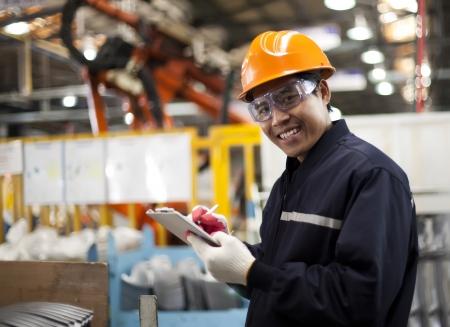 fabrikarbeiter: Portrait asiatische Ingenieur l?chelnd