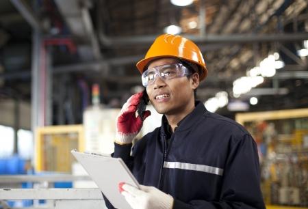 Ingénieur industriel sur le téléphone