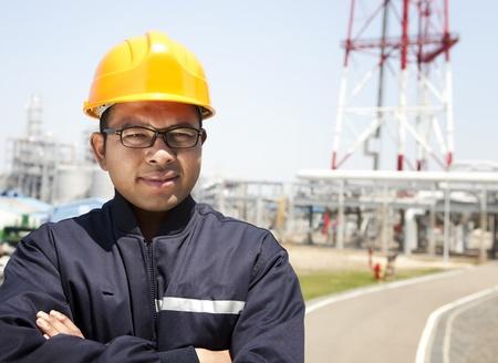 trabajador petrolero: Ingeniero químico industrial pie, con fondo de refinería de petróleo