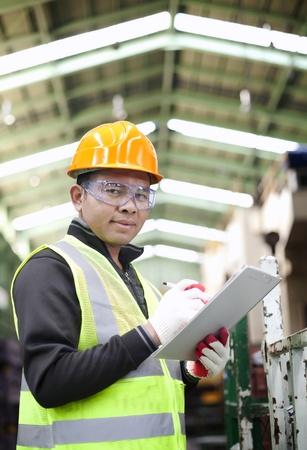 ingeniero civil: Retrato ingeniero asi�tico con lista de verificaci�n Foto de archivo