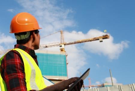 alba�il: la actividad del trabajador de construcci�n con la tableta digital en el sitio de construcci�n