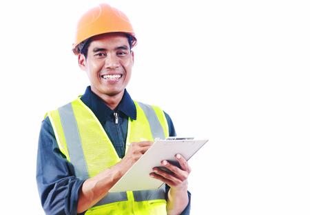 Homme asiatique écrit de l'ingénieur sur le bord sourire vous regardant la caméra isolée sur fond blanc