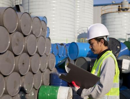 travailleur de Fabrication vérifier le nombre de fûts
