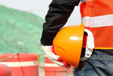Concept de travail de la sécurité de la construction industrielle de travailleur homme tenant casque sur place le site Banque d'images