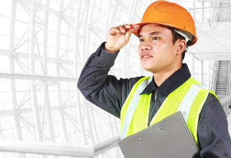 trabajador petrolero: Retrato de un ingeniero en busca de algo, de pie dentro de emplazamiento de la obra