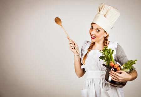 Lustiges Mädchen mit einem Kochmütze