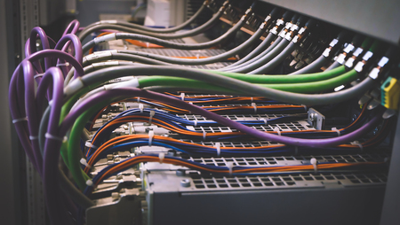 Colorful Wires PLC Cable in Control Panel System Banque d'images