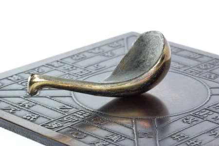 brujula antigua: Reproducci�n de una br�jula china antigua (que apunta al sur) sobre fondo blanco