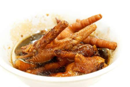 Patas de pollo de la especialidad típica china, sobre fondo blanco Foto de archivo
