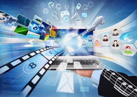 인터넷과 노트북 컴퓨터는 전세계 정보 및 멀티미디어 공유 우리를 연결하는 방법에 대 한 개념적 이미지