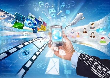 Conceptueel beeld over hoe een smartphone met internet verbinden ons met wereldwijde informatie en multimedia delen. Stockfoto