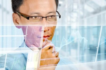 holographic: Imprenditore studiando digitale relazione finanziaria Un uomo d'affari esperto di studiare un grafico ad alta tecnologia olografica di un vero tempo di cambio in valuta estera grafica