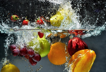 Fresh Fruit and Vegetables being  shot as they submerged under water. So fresh and delicious. This idea can also be use to show washing food before being process further. Standard-Bild