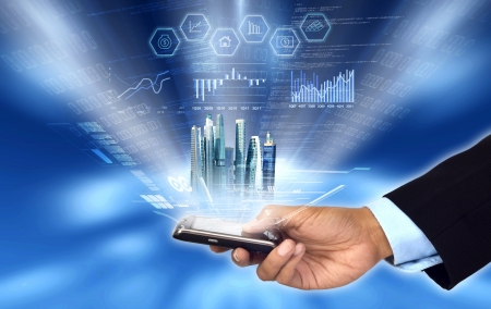 Zakenman toegang tot en controle van zijn bedrijf de voortgang en het verslag van zijn smart phone