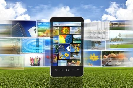 Het concept van foto's te delen via internet of social media met slimme telefoon hand telefoon Stockfoto