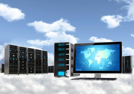 Cloud computing concept Geïllustreerd met computer werkstation en server kast boven de wolk Stockfoto