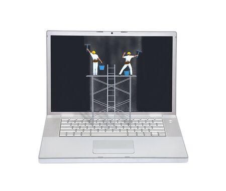 seguridad laboral: Imagen conceptual de mantenimiento Ordenador portátil con los ingenieros de la limpieza de la suciedad en el monitor aislado en blanco